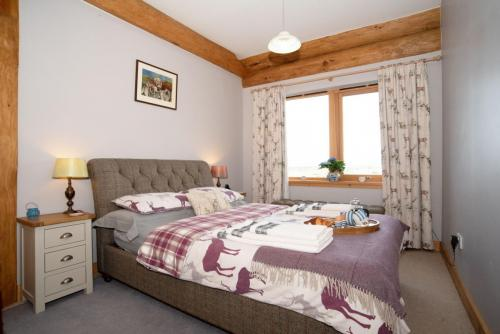 Maste rbedroom with breakfast alternate